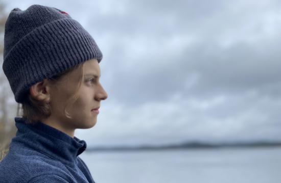 Axel blickar ut över havet. BILD: Nils Clase