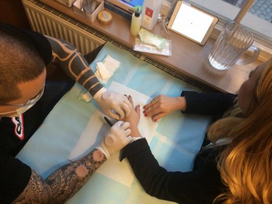 Chippningen görs av professionella tatuerare. Men utrustningen kan också beställas av vem som helst på nätet.